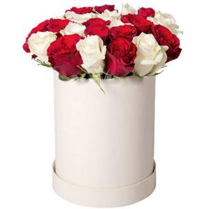 """замовити 25 червоних і білих троянд в коробці """"Визнання"""""""