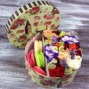 """замовити Квіти в коробці з макарунами """"Афродіта"""""""