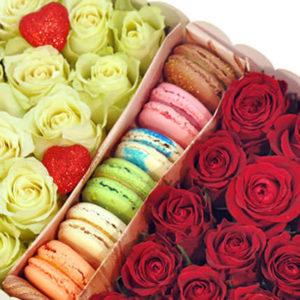 """замовити 29 червоних і білих троянд з макарунами """"Венера"""""""