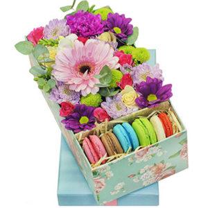"""замовити Квіти в коробці з макарунами """"Грація"""""""