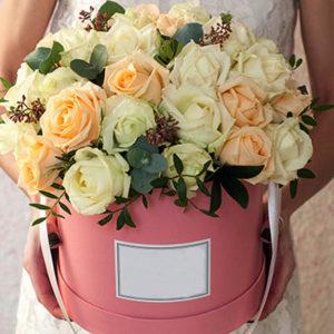 замовити 35 білих і кремових троянд в коробці