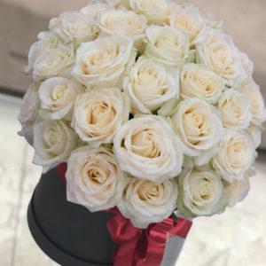 """замовити 35 білих троянд в коробці """"Ніжний поцілунок"""""""